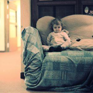 Fotograf Berlin, Kita Nordhauser Str., Couch, Kind, Portrait, bockt